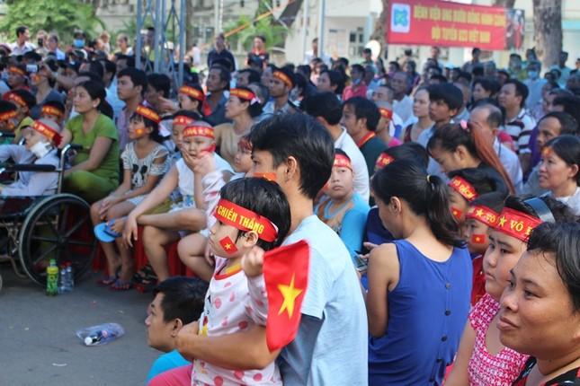 Bệnh nhân đeo dây thở, ngồi xe lăn cuồng nhiệt cổ vũ U23 Việt Nam ảnh 4