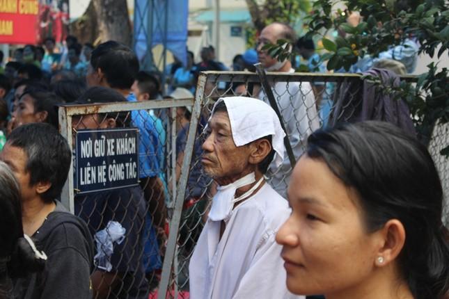 Bệnh nhân đeo dây thở, ngồi xe lăn cuồng nhiệt cổ vũ U23 Việt Nam ảnh 9
