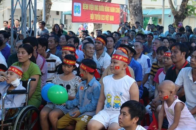Bệnh nhân đeo dây thở, ngồi xe lăn cuồng nhiệt cổ vũ U23 Việt Nam ảnh 7