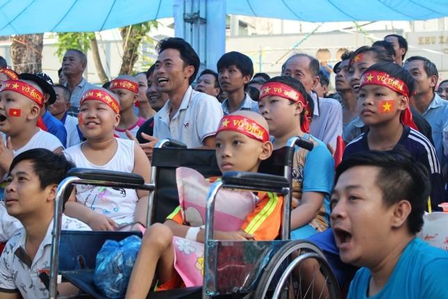Bệnh nhân đeo dây thở, ngồi xe lăn cuồng nhiệt cổ vũ U23 Việt Nam ảnh 6