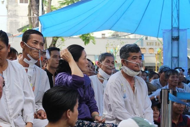 Bệnh nhân đeo dây thở, ngồi xe lăn cuồng nhiệt cổ vũ U23 Việt Nam ảnh 10