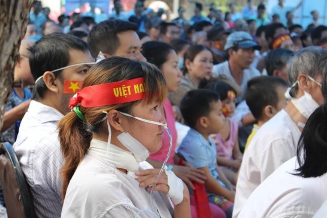 Bệnh nhân đeo dây thở, ngồi xe lăn cuồng nhiệt cổ vũ U23 Việt Nam ảnh 2