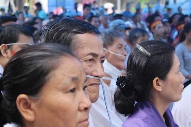 Bệnh nhân đeo dây thở, ngồi xe lăn cuồng nhiệt cổ vũ U23 Việt Nam ảnh 1