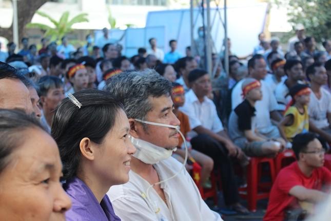 Bệnh nhân đeo dây thở, ngồi xe lăn cuồng nhiệt cổ vũ U23 Việt Nam ảnh 13