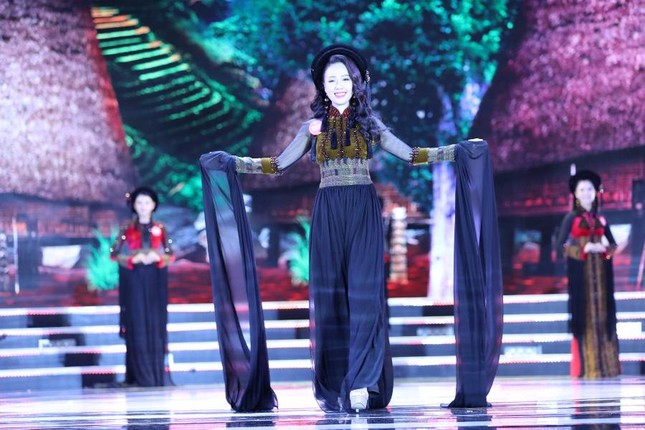 Thí sinh chung kết HHVN 2018 khoe dáng quyến rũ với áo dài ảnh 11