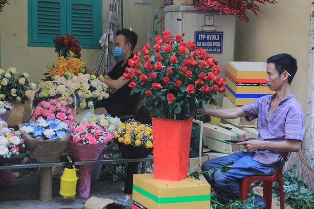 Giá hoa hồng tăng gấp đôi ngày 14/2, nhiều bạn trẻ vẫn chi đậm ảnh 1