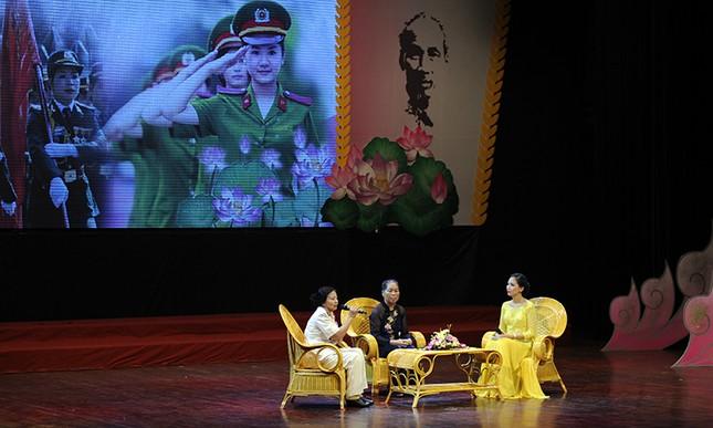 Giao lưu nghệ thuật phụ nữ công an - phụ nữ quân đội ảnh 1