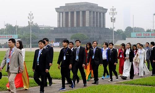 Đại biểu Tài năng trẻ Việt Nam báo công dâng Bác ảnh 10