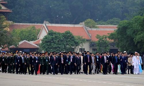 Đại biểu Tài năng trẻ Việt Nam báo công dâng Bác ảnh 1
