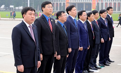 Đại biểu Tài năng trẻ Việt Nam báo công dâng Bác ảnh 2