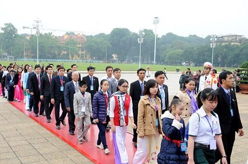 Đại biểu Tài năng trẻ Việt Nam báo công dâng Bác ảnh 8