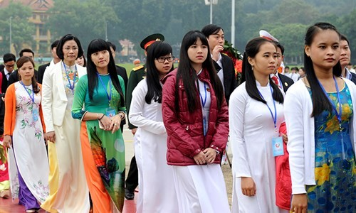 Đại biểu Tài năng trẻ Việt Nam báo công dâng Bác ảnh 9