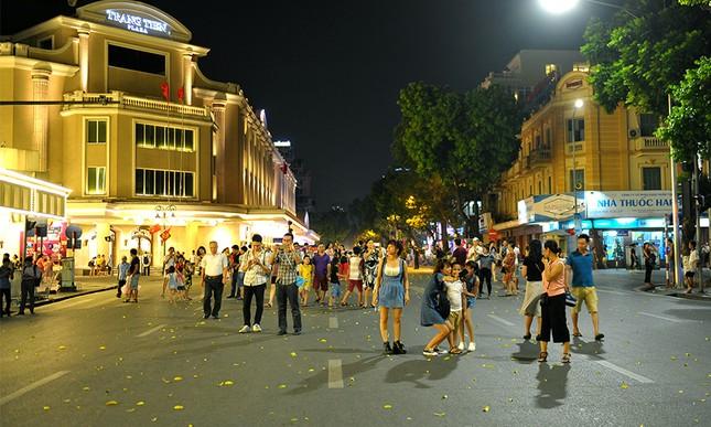 Giới trẻ đổ xô nhảy dây, kéo co ở phố đi bộ Hồ Gươm ảnh 5