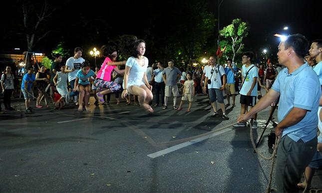 Giới trẻ đổ xô nhảy dây, kéo co ở phố đi bộ Hồ Gươm ảnh 10