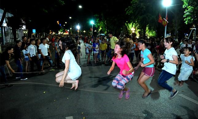 Giới trẻ đổ xô nhảy dây, kéo co ở phố đi bộ Hồ Gươm ảnh 11