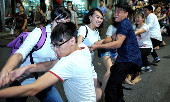 Giới trẻ đổ xô nhảy dây, kéo co ở phố đi bộ Hồ Gươm ảnh 13