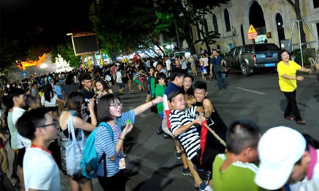 Giới trẻ đổ xô nhảy dây, kéo co ở phố đi bộ Hồ Gươm ảnh 12