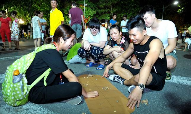 Giới trẻ đổ xô nhảy dây, kéo co ở phố đi bộ Hồ Gươm ảnh 15