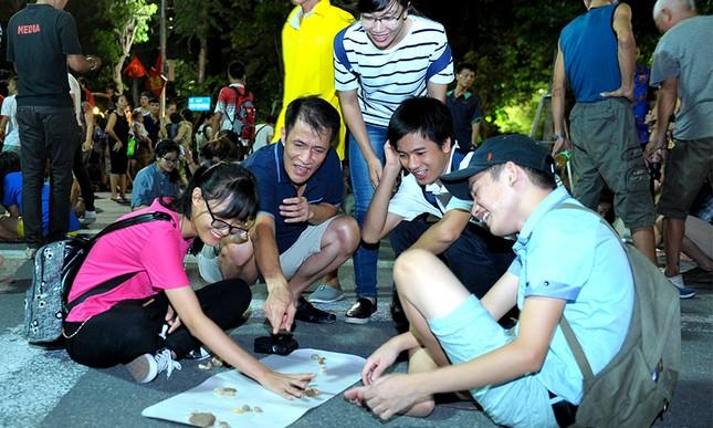 Giới trẻ đổ xô nhảy dây, kéo co ở phố đi bộ Hồ Gươm ảnh 16