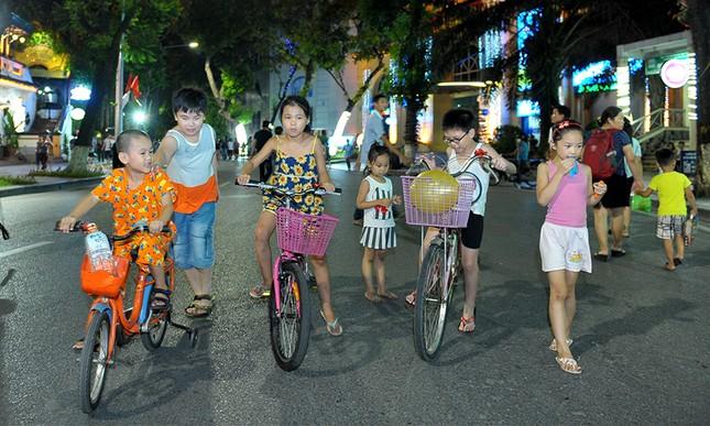 Giới trẻ đổ xô nhảy dây, kéo co ở phố đi bộ Hồ Gươm ảnh 6