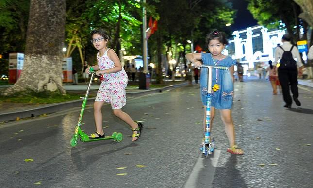 Giới trẻ đổ xô nhảy dây, kéo co ở phố đi bộ Hồ Gươm ảnh 7