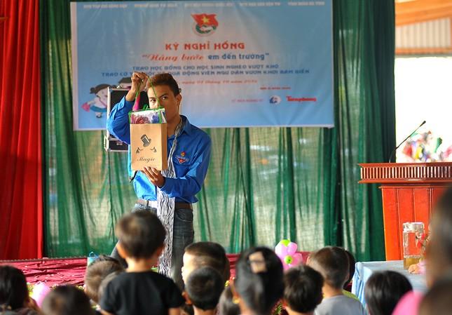 Tặng quà học sinh, ngư dân bị ảnh hưởng sự cố môi trường ảnh 4