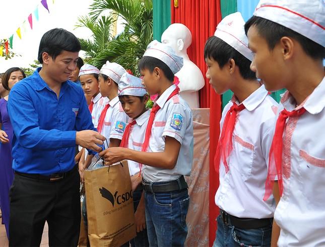 Tặng quà học sinh, ngư dân bị ảnh hưởng sự cố môi trường ảnh 9