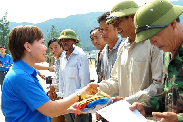 Tặng quà học sinh, ngư dân bị ảnh hưởng sự cố môi trường ảnh 12