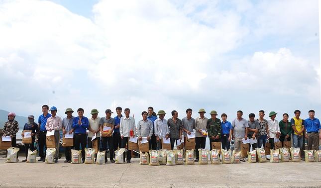 Tặng quà học sinh, ngư dân bị ảnh hưởng sự cố môi trường ảnh 13