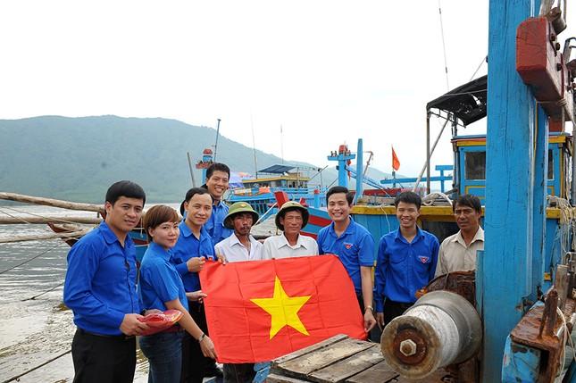 Tặng quà học sinh, ngư dân bị ảnh hưởng sự cố môi trường ảnh 3