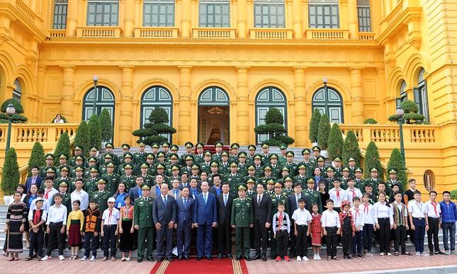 Chủ tịch nước gặp gỡ 60 'thầy giáo quân hàm xanh' ảnh 1