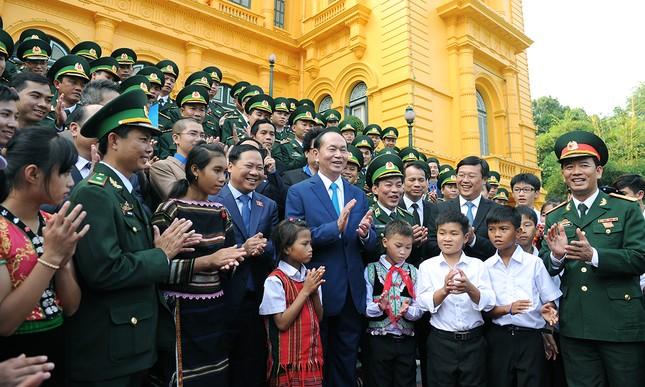 Chủ tịch nước gặp gỡ 60 'thầy giáo quân hàm xanh' ảnh 2