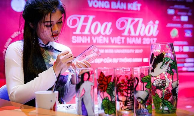 Thí sinh Hoa khôi sinh viên trổ tài múa chén, vẽ tranh trên thuỷ tinh ảnh 2