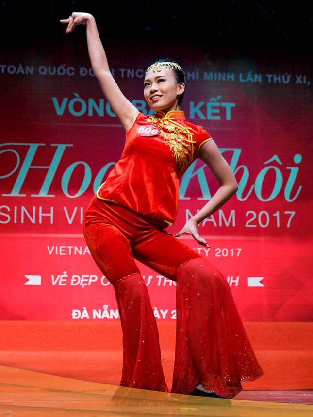 Thí sinh Hoa khôi sinh viên trổ tài múa chén, vẽ tranh trên thuỷ tinh ảnh 3