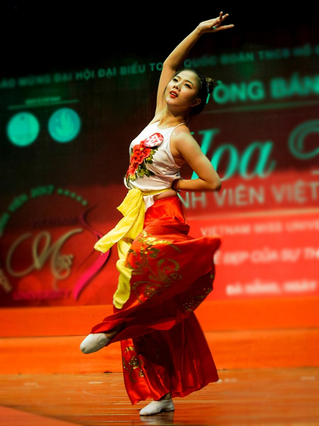 Thí sinh Hoa khôi sinh viên trổ tài múa chén, vẽ tranh trên thuỷ tinh ảnh 4