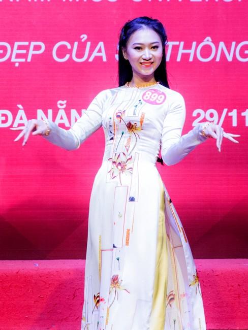 Thí sinh Hoa khôi sinh viên trổ tài múa chén, vẽ tranh trên thuỷ tinh ảnh 9