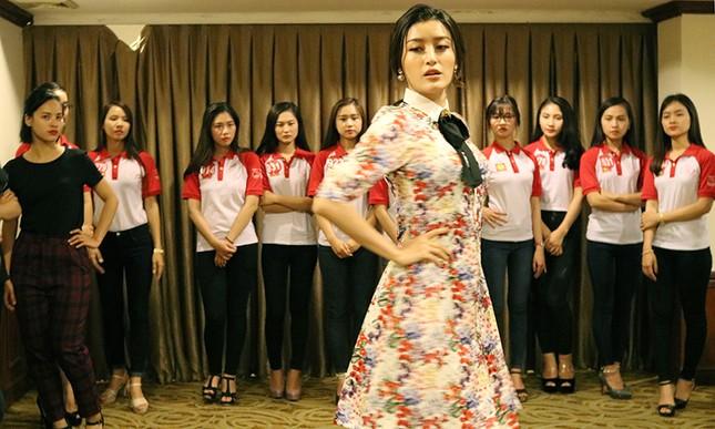 Thí sinh Hoa khôi Sinh viên Việt Nam luyện thả dáng với Á hậu Huyền My ảnh 2