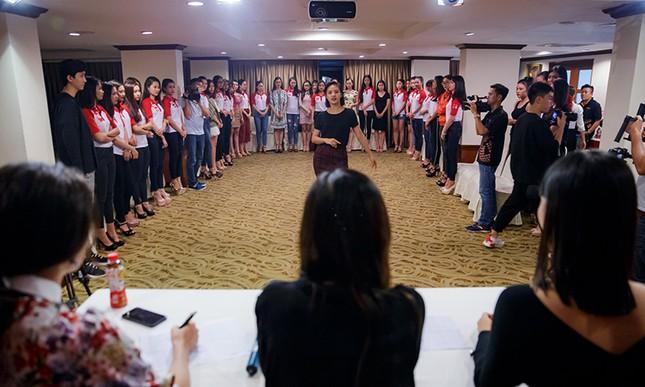 Thí sinh Hoa khôi Sinh viên Việt Nam luyện thả dáng với Á hậu Huyền My ảnh 1
