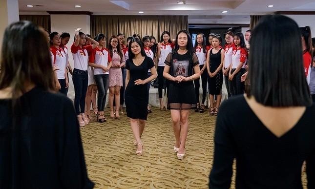 Thí sinh Hoa khôi Sinh viên Việt Nam luyện thả dáng với Á hậu Huyền My ảnh 9