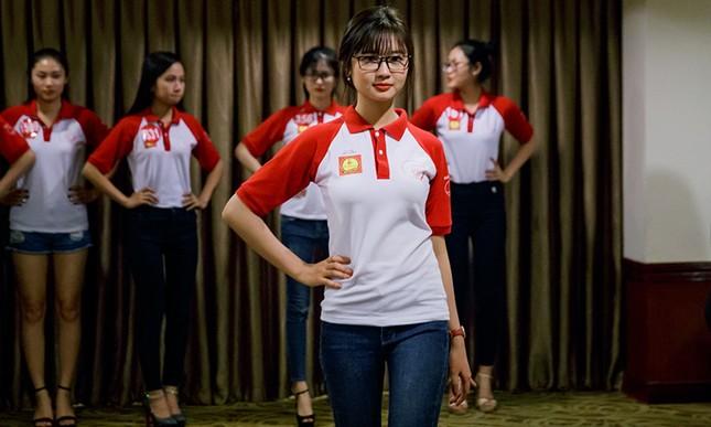 Thí sinh Hoa khôi Sinh viên Việt Nam luyện thả dáng với Á hậu Huyền My ảnh 8