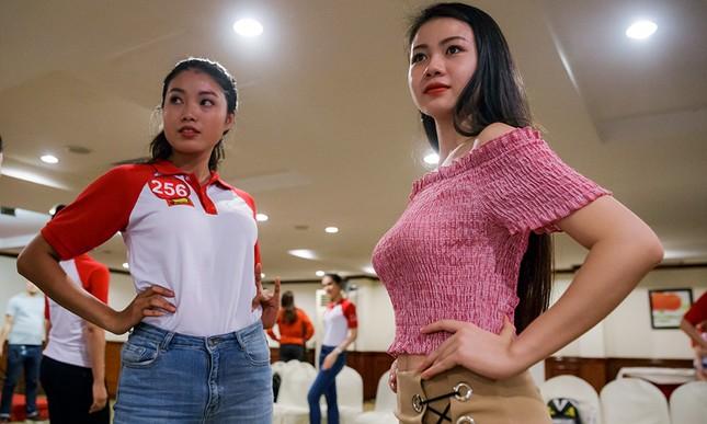 Thí sinh Hoa khôi Sinh viên Việt Nam luyện thả dáng với Á hậu Huyền My ảnh 5