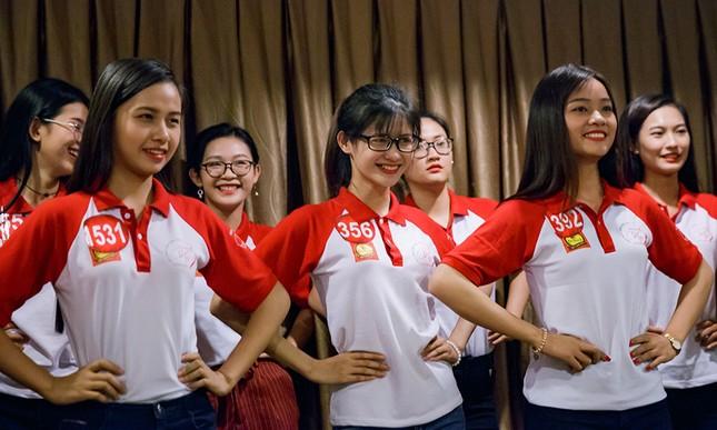 Thí sinh Hoa khôi Sinh viên Việt Nam luyện thả dáng với Á hậu Huyền My ảnh 7