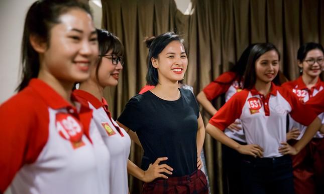 Thí sinh Hoa khôi Sinh viên Việt Nam luyện thả dáng với Á hậu Huyền My ảnh 6