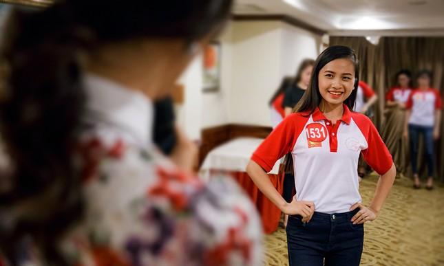 Thí sinh Hoa khôi Sinh viên Việt Nam luyện thả dáng với Á hậu Huyền My ảnh 4