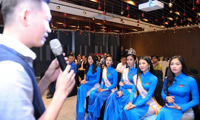 Thầy Nguyễn Ngọc Ký tặng sách Hoa khôi Sinh viên Việt Nam ảnh 7