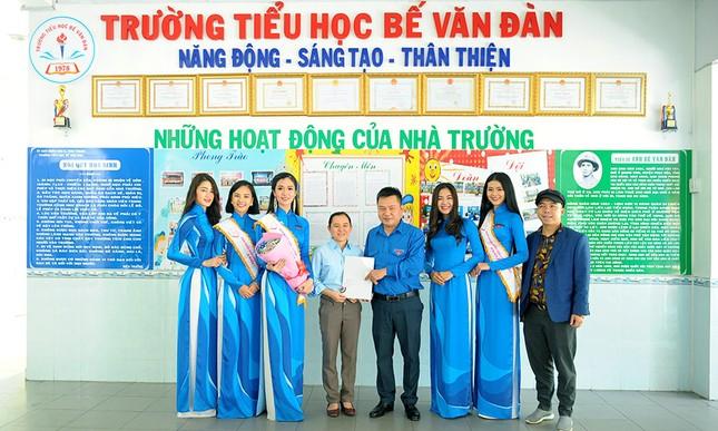Thầy Nguyễn Ngọc Ký tặng sách Hoa khôi Sinh viên Việt Nam ảnh 5