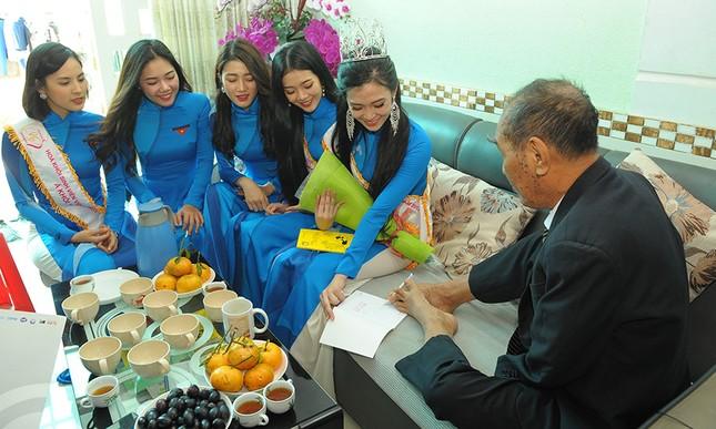 Thầy Nguyễn Ngọc Ký tặng sách Hoa khôi Sinh viên Việt Nam ảnh 1