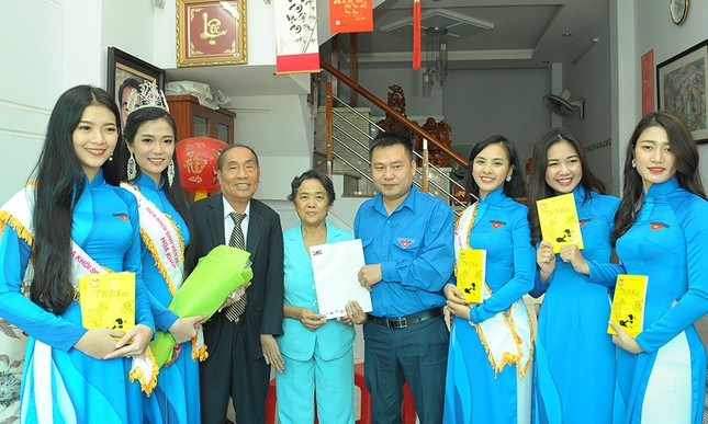 Thầy Nguyễn Ngọc Ký tặng sách Hoa khôi Sinh viên Việt Nam ảnh 4