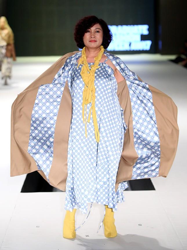 9X bỏ du học theo ngành thời trang, đưa mẹ lên sàn catwalk ảnh 3