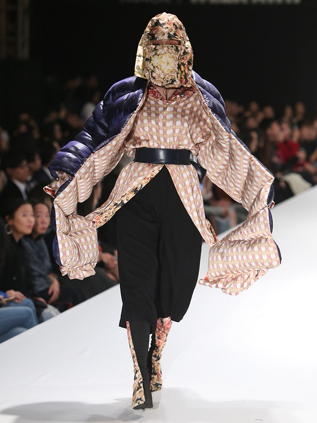 9X bỏ du học theo ngành thời trang, đưa mẹ lên sàn catwalk ảnh 10